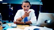 461_30_Barack-Obama-using-his-Mac-and-Blackberry