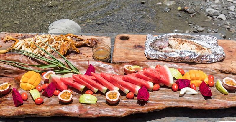 在溪谷旁野餐 享受悠閒時光