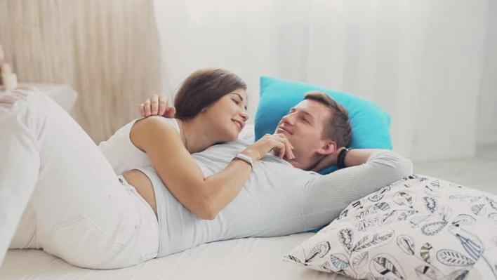 كيف تكونين رومانسية مع زوجك في السرير؟ | مجلة سيدتي