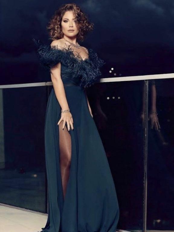 سلافة معمار في فستان مزين بالريش من إيلي صعب