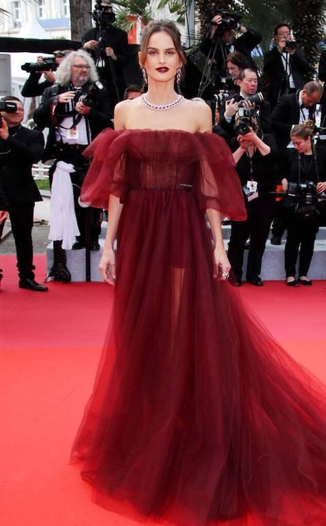 إيزابيل غولارت في فستان باللون العنابي من فالنتينو
