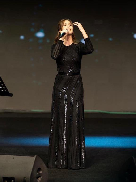 نانسي عجرم في السعودية في فستان سهرة أسود