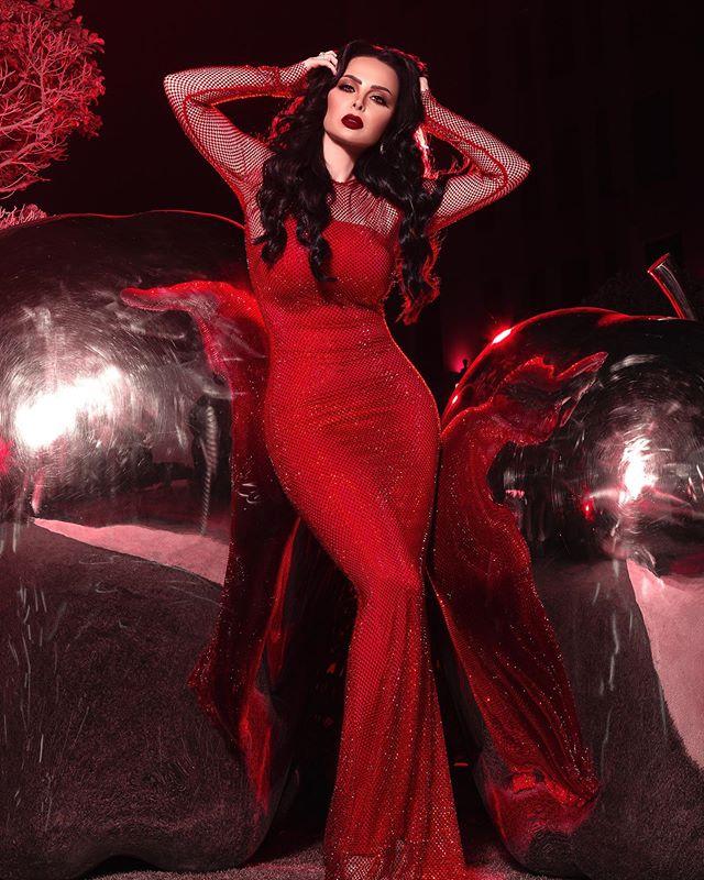 ديانا كرازون بفستان باللون الأحمر الجريء من يوسف الجسمي