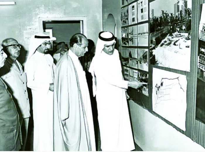 .. سعيد فارسي في شبابه يستعرض تخطيط مدينة جدة - من جريدة المدينة السعودية