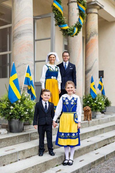 ولية العهد الأميرة «فيكتوريا» وزوجها الأمير «دانيال» وأبناؤهما الأميرة «إستل» والأمير «أوسكار» - الصورة من موقع Royal central