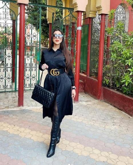 فستان أسود ميدي من دنيا بطمة -صورة 2- الصورة من حسابها على إنستقرام