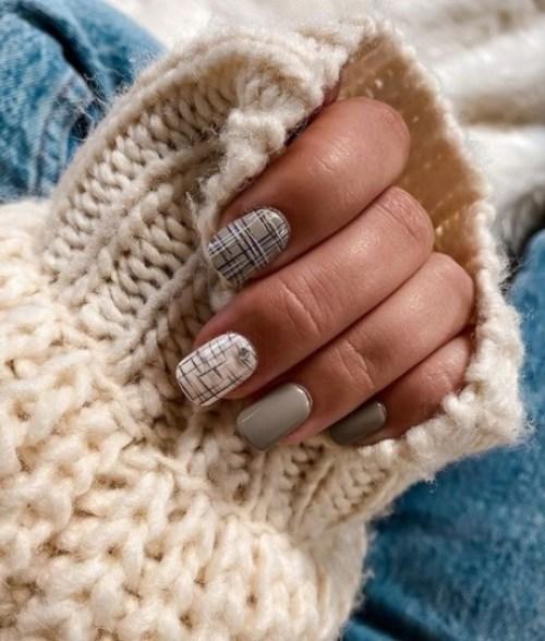 مناكير كاروهات أبيض- الصورة من حساب impressmanicure على إنستجرام