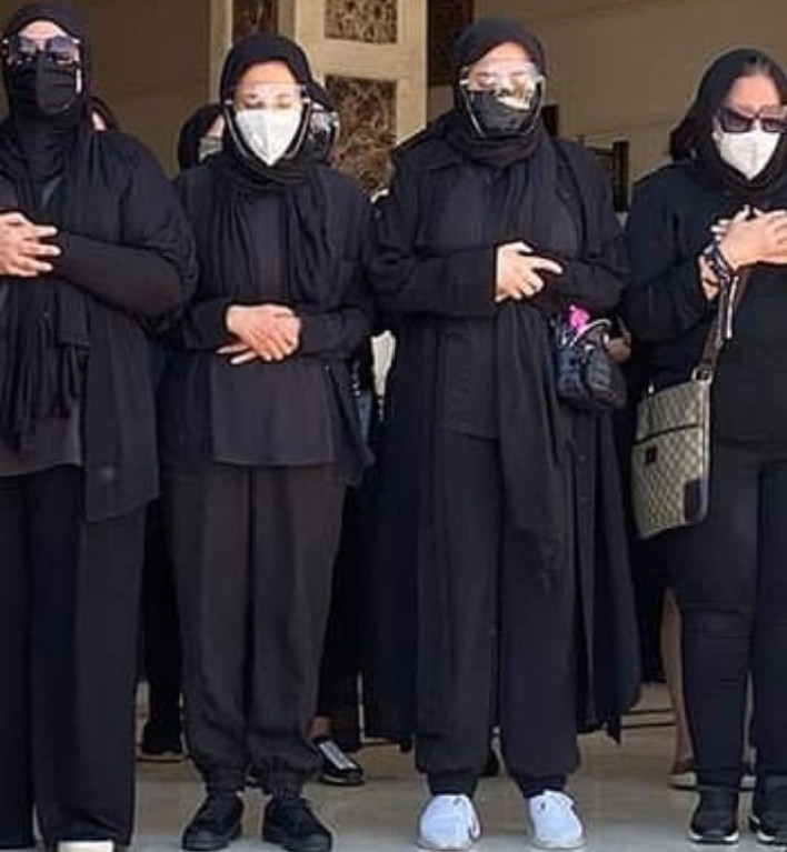 بالصور: دنيا وإيمي سمير غانم تؤديان صلاة الجنازة على جثمان والدهما | مجلة  سيدتي