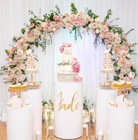 تزيين طاولة كعكة الزفاف بالورود