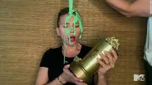 زوج سكارليت جوهانسون يلقي اللزج الأخضر عليها- الصورة من موقع ديلي ميل