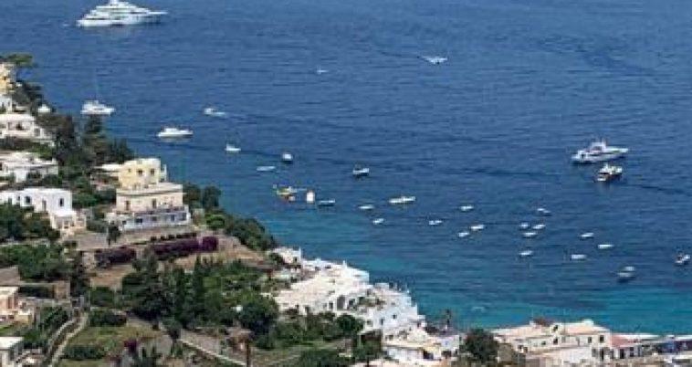 Capri, minibus esce di strada e precipita: feriti