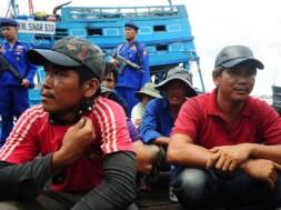 Petugas kepolisian mengawasi sejumlah nelayan Vietnam yang ditangkap karena mencuri ikan di Dermaga Direktorat Polisi Air (Dit Polair) Polda Kalbar, Kamis (3/3)