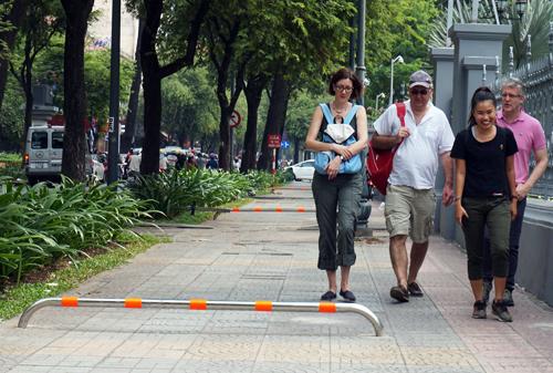 Sở Giao Thông Vận Tải đặt thanh cản trên vỉa hè Sài Gòn làm cản trở người đi bộ và tàn tật