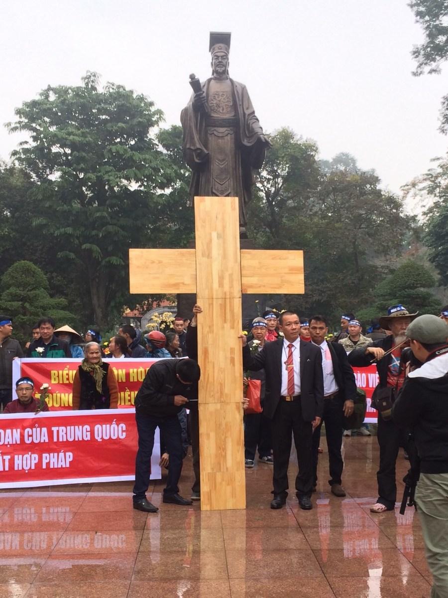 ông Vũ Quang Thuận vác Thập Tự trong cuộc biểu tình tại Hà Nội hôm 19/01/2017