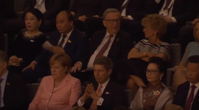 Thủ tướng CSVN quạt xoành xoạch suốt buổi nghe nhạc cùng các nguyên thủ thế giới