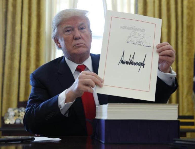 Tổng thống Trump ký luật thuế trước khi đi nghỉ Giáng Sinh