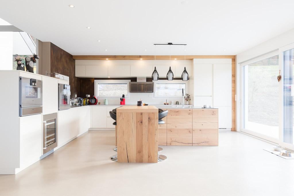 cuisine design avec mur et sol blanc