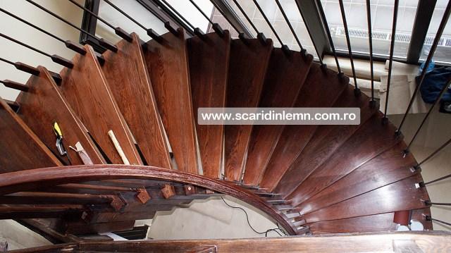 scara din lemn pe vanguri cu trepte suspendate pe corzi