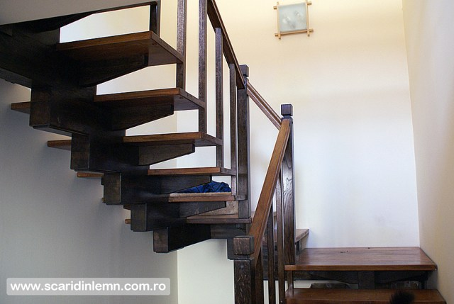 scara interioara din lemn masiv cu un vang modular mana curenta si balustrii