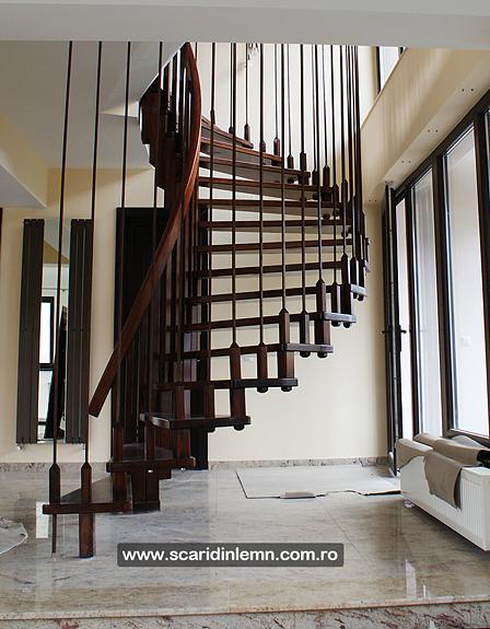 scari interioare lemn masiv scara in spirala pe vanguri cu trepte suspendate pe corzi
