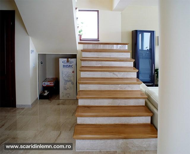 scara interioara cu trepte aplicate de lemn masiv