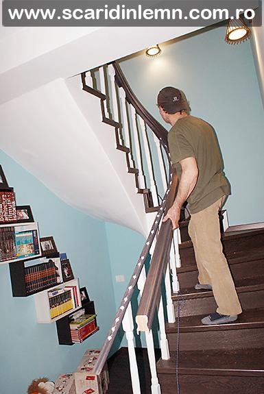 montare mana curenta lemn masiv curbat cu balustrii albi scara interioara din lemn masiv