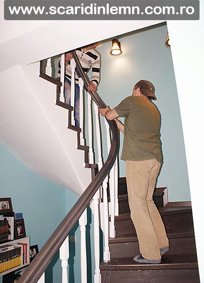montare mana curenta din lemn masiv curbat cu balustrii albi scara interioara en lemn masiv