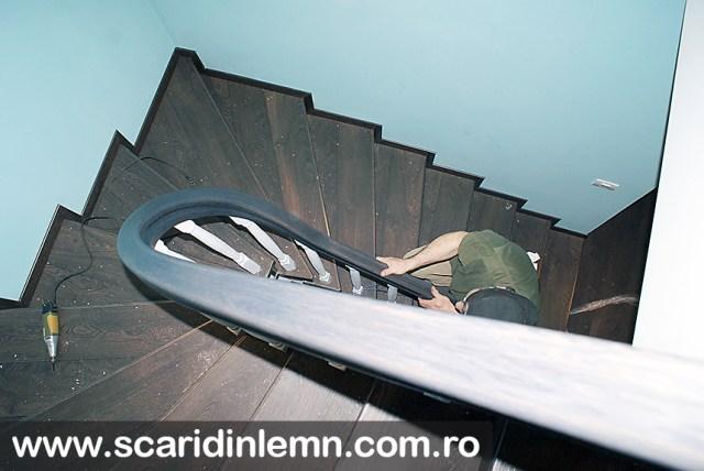 montajul mainii curente din lemn masiv curbat balustrii albi scara interioara de lemn