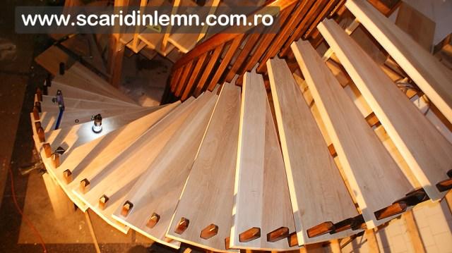 atelier executie scara interioara din lemn pe vanguri, cu trepte de lemn suspendate pe corzi pret