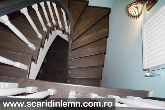 scara interioara din lemn masiv cu mana curenta curbata si balustrii albi