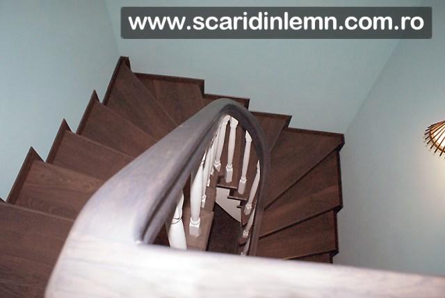scara interioara de lemn masiv cu mana curenta curbata si balustri albi