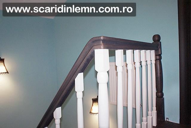 mana curenta curbata cu balustri albi scari interioare din lemn masiv