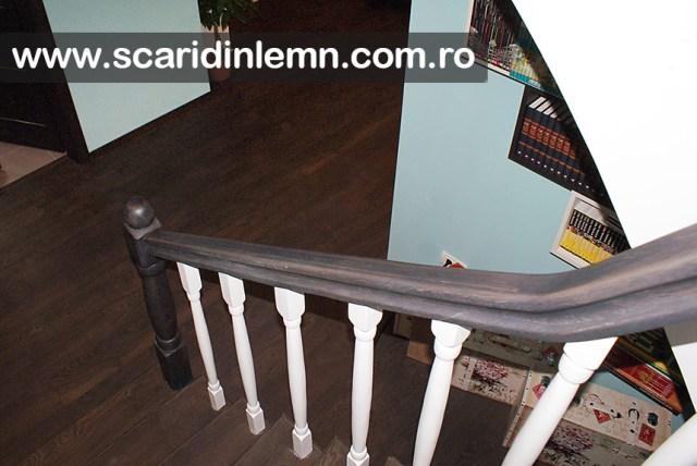 mana curenta din lemn curbat cu balustrii albi scara interioara din lemn masiv