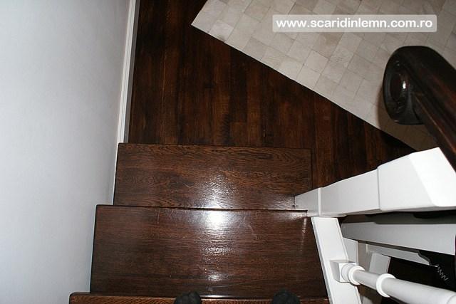 Scara interioara cu trepte de beton placat cu lemn, vang modular, mana curenta continuua din lemn curbat, preturi