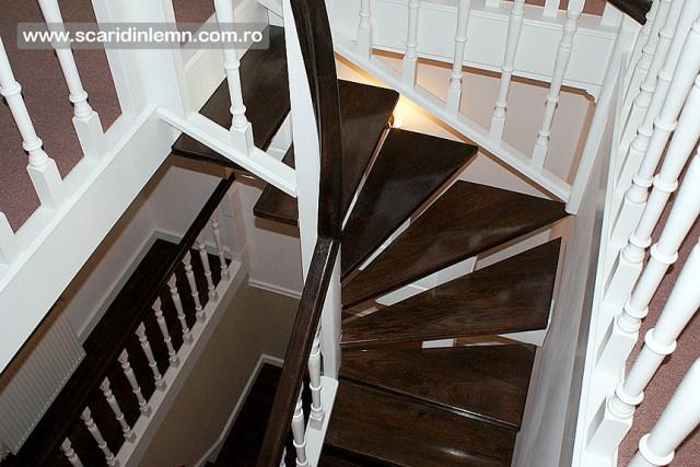 Scara interioara de lemn cu trepte de beton placat cu lemn, mana curenta continuua din lemn curbat, vang modular, pret