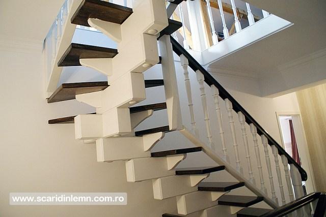 Scara interioara de lemn masiv placare trepte de lemn cu mana curenta din lemn curbat vang modular design si proiectare