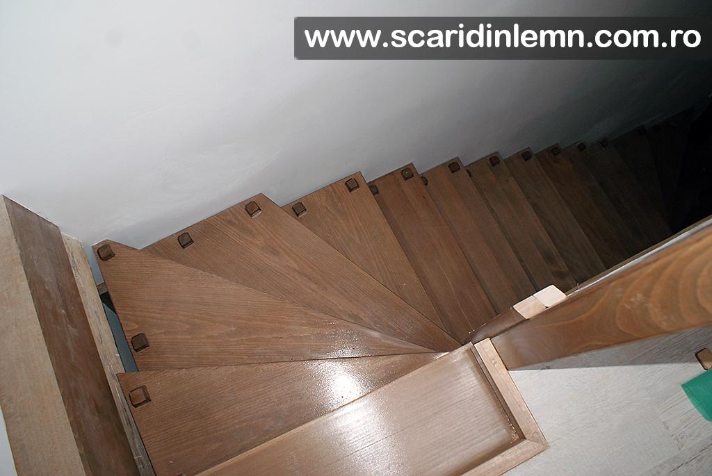 scara interioara din lemn masiv cu elemente modulare