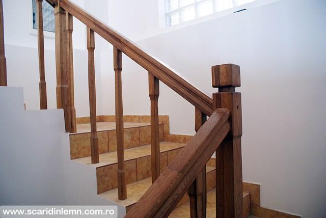 scara interioara din lemn masiv pe vanguri inchise cu mana curenta si balustrii pe casa scarii