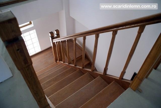 scari interioare de lemn cu mana curenta si balustrii din lemn pe vanguri inchise pret bun