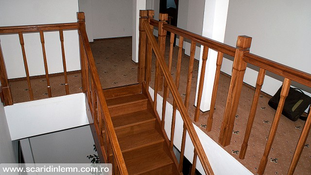 scara din lemn masiv interioara cu balustrada si balustrii de lemn pe vanguri inchise preturi design si proiectare scari