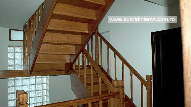 scara din lemn interioara cu mana curenta si balustrii de lemn pe vanguri inchise pe casa scarii preturi