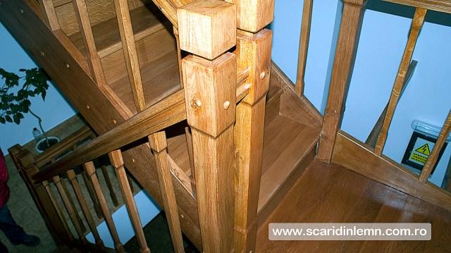 scara interioara din lemn cu mana curenta si balustrii de lemn pe vanguri inchise pe casa scarii preturi