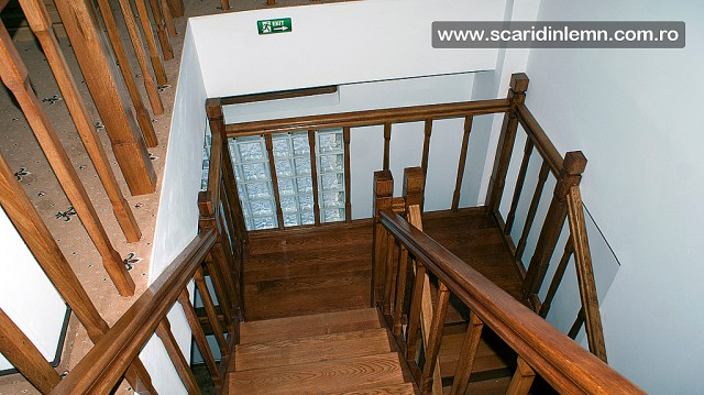 scara din lemn pe casa scarii cu mana curenta si balustrii de lemn pe vanguri inchise preturi design