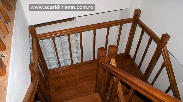 scari din lemn pe casa scarii cu mana curenta si balustrii de lemn pe vanguri inchise preturi design