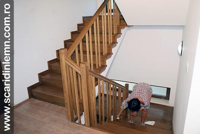 montaj scari interioare din lemn masiv cu trepte de lemn placate