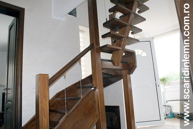 Scara din lemn combinata, trepte in evantai, drepte, cu pas conditionat, economica