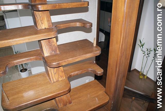 Scara interioara de lemn  combinata, trepte in evantai, drepte, cu pas conditionat, economica, pentru orice spatiu