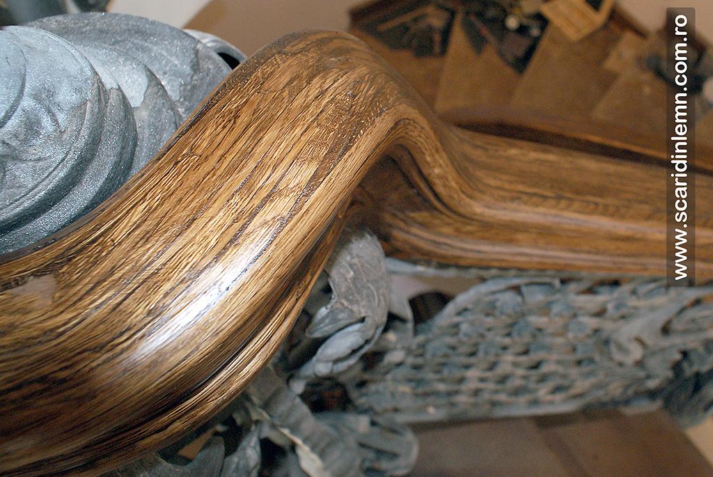 Scara interioara cu 17 metri liniari de mana curenta continua curbata, din lemn masiv
