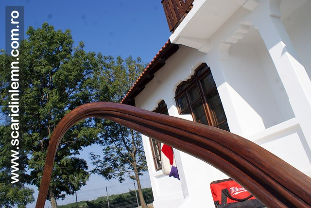 melc din lemn masiv cu mana curenta curbata continua - balustrada din lemn pe fuscei din lemn