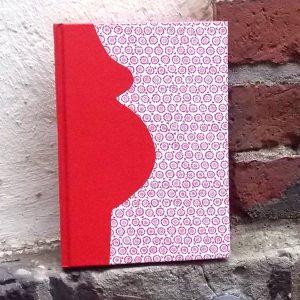Rotes Stoff bezogenes Schwangerschaftstagebuch